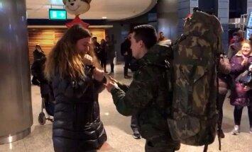 Video: Spānis pēc dienesta NATO misijā Latvijā bildina draudzeni