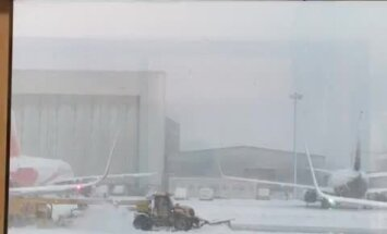 Atcelti reisi un ziemīgi skati – 'Delfi' aculiecinieki iemūžina sniegoto Lielbritāniju