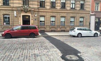 'Rudenī bruģi ieliksim atpakaļ' – soctīklotāji par asfalta strēli Blaumaņa ielā