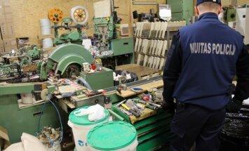 Kratīšanas Babītes nelegālajā cigarešu ražotnē saistītas ar skandalozi pazudušo cigarešu ražošanas līniju