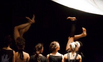Valkā un Rīgā varēs noskatīties atjaunoto dejas izrādi 'Ārā'