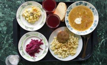 В детских садах Латвии урезали норму калорийности блюд: родители жалуются, что дети приходят голодными