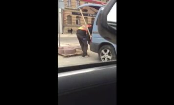 Aculiecinieku Barona ielā satrauc bruģa krāmēšana privātā auto; CP noraida aizdomas