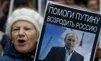 Politologi: Krievijā, baidoties no ļaunu vēlošās ārpasaules, atbalsta Putina agresīvo ārpolitiku