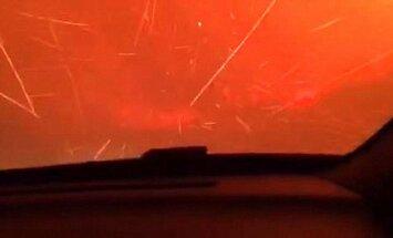 Video: Pārbiedēta ģimenīte Kalifornijā izbrauc caur uguns elli