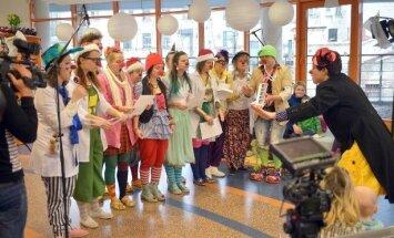 Bērnu slimnīcā Ziemassvētkus gaida, pikojoties, smejoties un dziedot ar Dakteriem Klauniem
