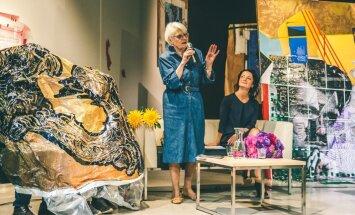 Rīgas mākslas telpa aicina uz sarunu ar Džemmu Skulmi aristokrātiskā gaisotnē