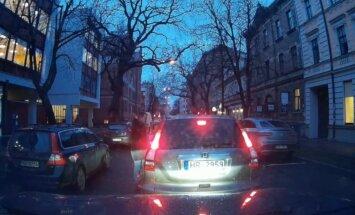 Video: Priekšzīmīgs autovadītājs Rīgas ielās pārmāca pārkāpēju