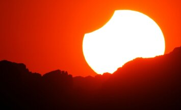 Zinātnieki: pēc pieciem miljardiem gadu Saule varētu aprīt Zemi