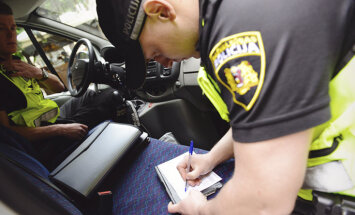 Policisti Rīgā pieķer vairākus nepilngadīgos alkohola reibumā; viens nogādāts slimnīcā