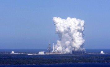 Video: Ar milzu dūmu mutuļiem 'SpaceX' izmēģina 'Falcon Heavy' dzinējus