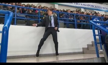 ВИДЕО: На матче чемпионата КХЛ охранник зажег под Майкла Джексона