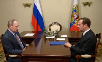 """Путин подарил Медведеву на день рождения картину """"В цеху"""""""