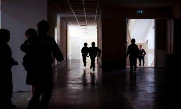VVC vairākās skolās atklāj, ka izlaidumi notiek svešvalodā