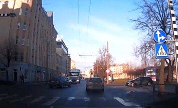 Video: Autobraucējs izraisa ļoti bīstamu avārijas situāciju Vārnu ielā