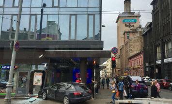 ФОТО, ВИДЕО: В центре Риги автомобиль врезался в стену Narvesen