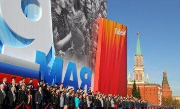 Krievija gadskārtējā 9.maija parādē Maskavā demonstrē militāro spēku (+FOTO)