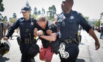 ASV izceļas sadursmes starp Trampa piekritēju demonstrāciju un pretiniekiem