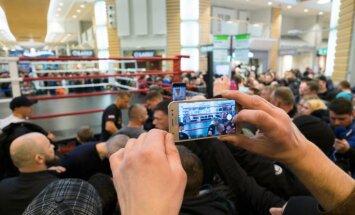 Foto: Boksa trakums Rīgā uzņem apgriezienus – Briedis un Usiks trenējas fanu priekšā