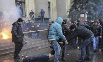 Demonstrantu uzbrukumā Harkovas apgabala administrācijai desmitiem cietušo
