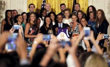 Foto: Obama Baltajā namā sveic Jēkabsoni-Žogotu un 'Mercury' ar WNBA titula izcīnīšanu