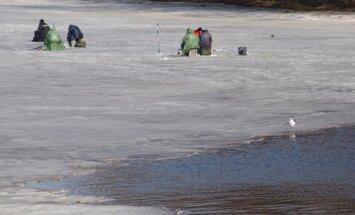 Stundas laikā trīs reizes VUGD steidz palīgā cilvēkiem uz ledus