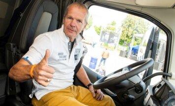 Foto: 'Volvo' kravas auto sacensībās Latvijā uzvarētājs iekļāvies 21 litrā dīzeļa uz 100 km
