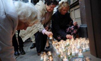 Simtiem ļaužu Rīgā piemin staļinisma un nacisma upurus
