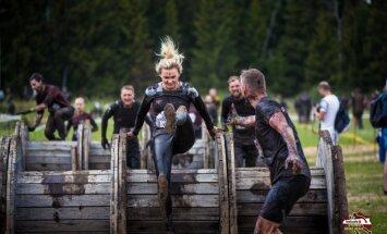 Foto: Dubļaini un smaidoši tūkstošiem ļaužu piedalās 'Stipro skrējienā'