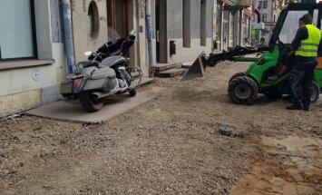 Foto: Valdemāra ielā motociklu apber ar būvgružiem