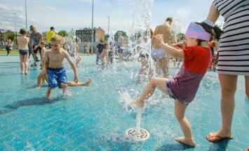 Ziepju burbuļu salūts un strūklakas – Rīgas centrā atklāts vērienīgs bērnu rotaļlaukums