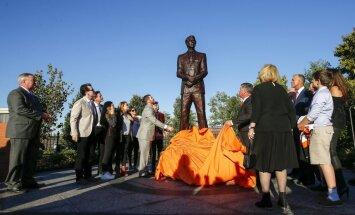Filadelfijas 'Flyers' atklāj jaunu 'veiksmes' skulptūru