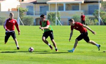 Foto: Latvijas izlase turpina treniņus Portugālē un tiekas ar futbolistiem no Ugāles
