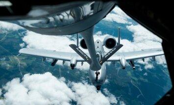 Foto: Kā KC-135 virs Latvijas uzpildīja degvielu 'lidojošajām šautenēm' A-10 'Warthog'