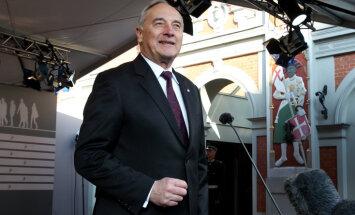 Берзиньш выкупил подарки президенту: ковер, вазу и графин со стаканами