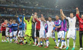 Slovak players celebrate their victory Euro 2016