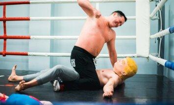 Video: Beidzot boksa ringā tiekas divi skandalozi Latvijas mūzikas smagsvari
