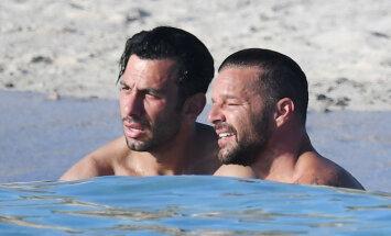 Paparaci foto: Rikijs Mārtins ar vīru laiskojas pie Sardīnijas krastiem