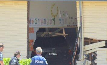 Skolā Sidnejā ietriecas automašīna; divi bērni gājuši bojā