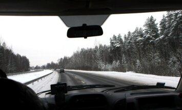 Valsts centrālajā un austrumu daļā sniegs un apledojums apgrūtina braukšanu