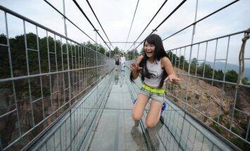 Zem apmeklētāja kājām saplaisājis nule atklātais grandiozais stikla tilts Ķīnā