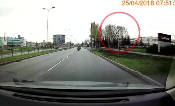 ВИДЕО: Им можно? Полицейские на мотоциклах нарушают одно правило за другим