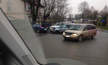 Foto: Trīs automašīnu sadursmē Pārdaugavā cietusi sieviete