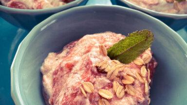 Rabarberu un zemeņu putas vienkāršam vasaras desertam