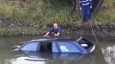 Video: Tukumā BMW nebija izvēlējies drošu ātrumu un ielidojis grāvī ar ūdeni