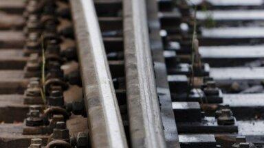 Dzelzceļa kravu pārvadājumu apmērs pusgadā Latvijā sarucis par 47,2%