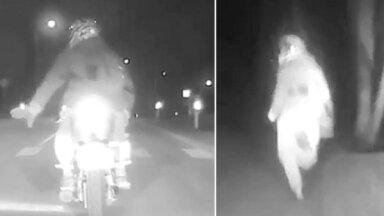 Video: Motociklists bez tiesībām Alūksnē bēg no policijas