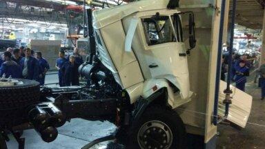 Foto: 'Kamaz' rūpnīcā ar jauno auto no konveijera iebrauc ceha stabā
