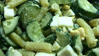 Vasarīgie sviesta pupiņu un mazsālīto gurķu salāti