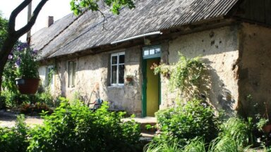 Krāšņi dārzi un rūpīgi loloti īpašumi: ieskats Jaunpils novada sakoptākajās sētās